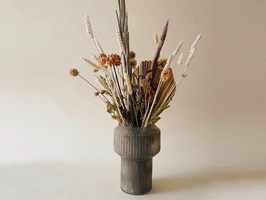 DRY FLWRSBij DRY FLWRS vind je een mooie collectie met de hand samengestelde droogboeketten. Anders dan je misschien zou verwachten bestaan de droogboeketten niet alleen uit gedroogde bloemen maar daarnaast ook uit bijvoorbeeld gedroogde grassen, bladeren en andere gedroogde soorten planten.
