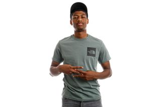 Foto van The North Face NF00CEQ5HBS1 T-Shirt Mens S/S Fine Balsam Green