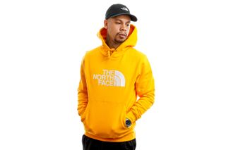 Foto van The North Face Hooded Men's Drew Peak Pullover Hoodie - Eu Summtgld/Tnfwh NF00AHJYVCV1