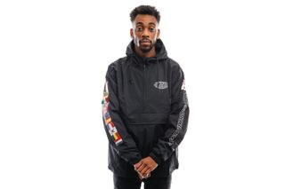 Foto van HUF Jas World Tour Anorak Black JK00163