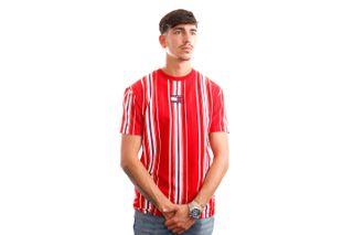 Foto van Tommy Jeans T-Shirt TJM CENTRE BADGE STR Deep Crimson / Multi Stripe DM0DM11006