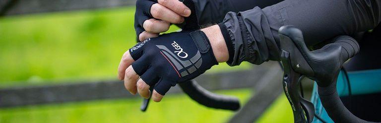 Tintelende handen tijdens het fietsen