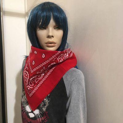 Foto van Bandana haarband en sjaal met paisley patroon, rood-wit