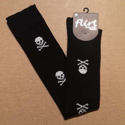 Foto van Flirt | Overknee sokken zwart met witte skulls