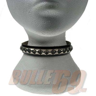 Foto van Bullet69 | Choker van zwart leer met kleine metalen pyramide studs