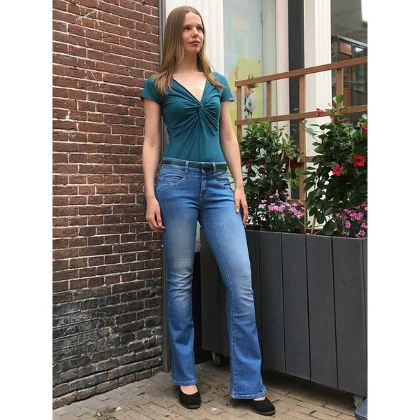 ATO Berlin, jeans Karlie, lichte denim met wijde pijp