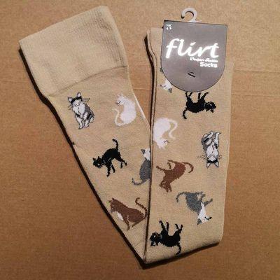 Foto van Flirt | Overknee sokken beige met kleine katjes