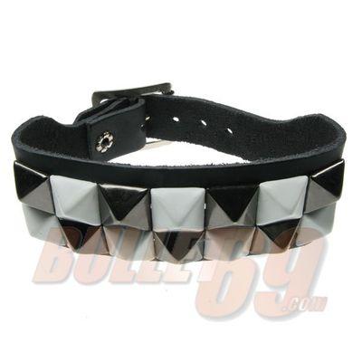 Foto van Bullet69 | Brede leren armband zwart met zwart witte pyramide studs